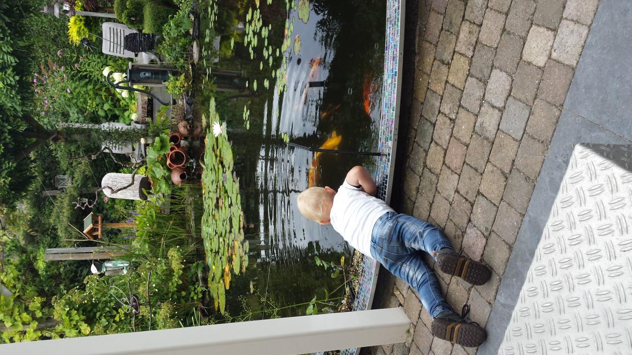 Marti en Leonie  op bezoek, Nathan is niet bij de vissen weg te slaan.