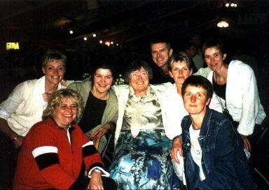 Dit waren mijn klasgenoten en juffrouw. V.l.n.r. voor: Joke Vruggink, Joke Stevens achter: Ikzelf, Riekje Steegink, Juf Keestra, Jan Willem Nijland, Joke Stevens en Hendrika Haverslag (Marietje Nijkamp ontbreekt hier nog op).