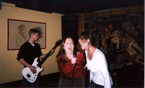 "Wendy en ik ""zingen"" Rage Against the Machine (november 2002)"