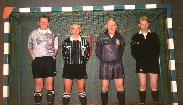 Hier de scheidsrechters van Het Espelo Toernooi 1999. Van links naar rechts: Frans Lugtenberg Freek Bekkernens Herman Schutte Bert Jan Paalman