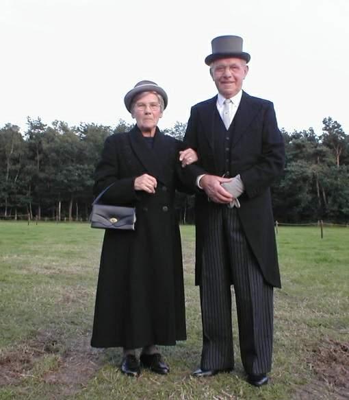 Gerrit en Hanneke Nijenhuis op weg naar het feest ter gelegenheid van het 100-jarig bestaan van de Bosschool
